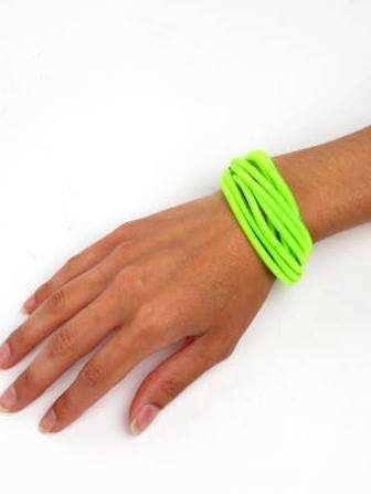 Nos acaban de llegar estas pulseras de hilo enrollado en colores lisos y fluorescentes... . ZAS tu tienda Hippie alternativa