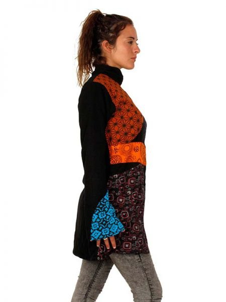 Abrigo hippie multi estampado. Abrigo de algodón con diseño patch multiestampado de diferentes colores tierra, tiene bolsillos laterales, cuello alto, cremallera, la espalda es lisa. CON forro por lar interno - Detalle Comprar al mayor o detalle