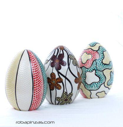 Lámpara huevo de fibra de vidrio decorada tectina de punteado. Incluye pié de madera. No incluye casquillo ni enchufe. tamaño aprox 20cm - DETALLE Comprar al mayor o detalle