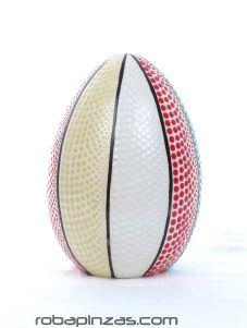 Lámpara huevo de fibra de vidrio decorada tectina de punteado. Incluye pié de madera. No incluye casquillo ni enchufe. tamaño aprox 20cm [DLASO02] para comprar al por Mayor o Detalle en la categoría de Decoración Etnica