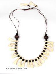 ZAS robapinzas.com |  collar étnico realizado con dientes de búfalo, cierre de bola regulable