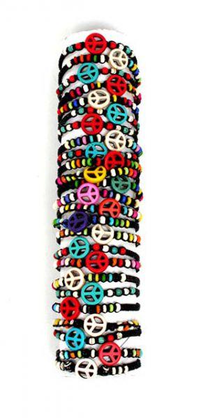Pulsera hippie paz macramé. pulsera realizada con cordón de algodón en macramé, motivo central simbolo de la paz en hueso, adornos laterales en hueso. cierre corredizo regulable, de quita y pon. - Detalle Comprar al mayor o detalle