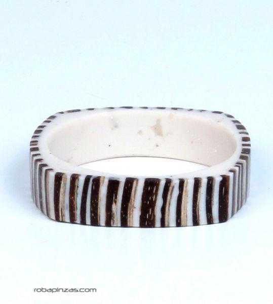 Pulsera tipo bangle realizada en resina y coco PUMD4 para comprar al por mayor o detalle  en la categoría de Bisutería Hippie Étnica Alternativa.