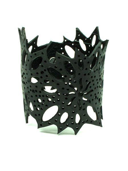 Pulsera ancha realizada en caucho troquelado formando diseños Comprar - Venta Mayorista y detalle